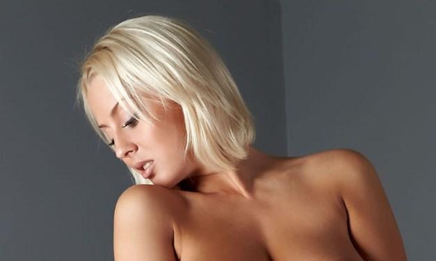 Millis is blond en heeft mooie borsten