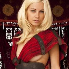 "Anielle, blonde en naakte ""Warrior Princess"""