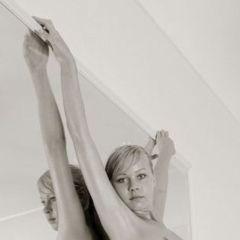 Sabine en een spiegel, de erotiek druipt er vanaf