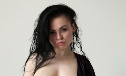 Darina, grote borsten, heeft iemand nodig om mee te neuken