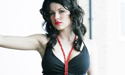 Iga Wyrwal sensuele vrouw in een geile zwarte jurk