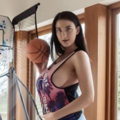 Joey Fisher, grote tieten, is naakt aan het basketballen
