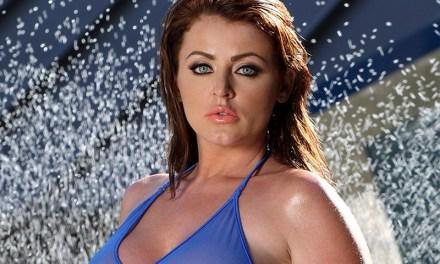 Sophie Dee in een geil doorkijk badpak en naakt