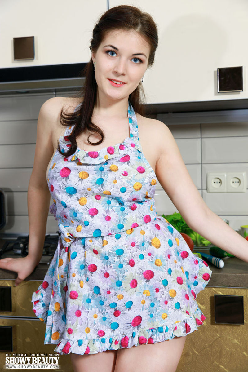 young-housewife-naked-in-the-kitchen-04