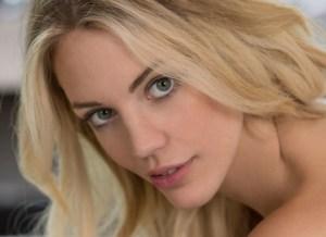 Blake Eden, mooi, blond, bloot en ze heeft pluk-me-ogen