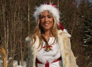 Blonde blote kerstvrouw, in de sneeuw met een dildo