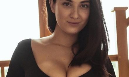 Joey Fisher en haar grote borsten in een strakke catsuit