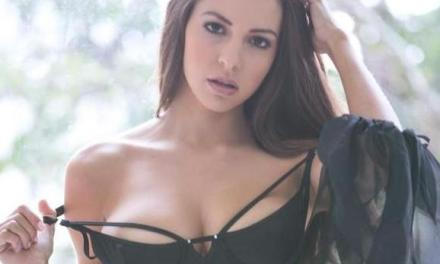 Shelby Chesnes, loopt buiten rond in sexy lingerie