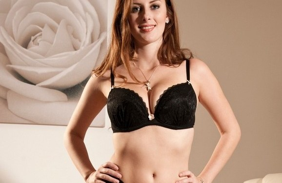 De bazin in sexy zwarte lingerie en de geile secretaresse