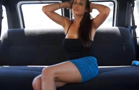 Geile Spaanse brunette, grote neptieten, wordt geneukt in een busje