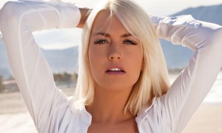 Lena, mooi bloot op het strand