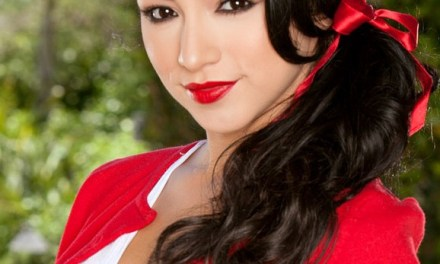 Cybergirl Reyna Arriaga als sexy schoolmeisje