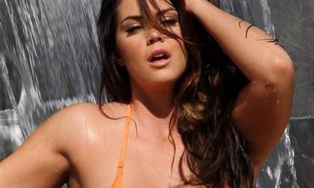 Alison Tyler in een sexy doorkijk badpak, ze wordt nat