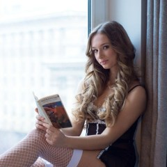 Lief blondje, Amy Moore, gaat naakt op de vensterbank