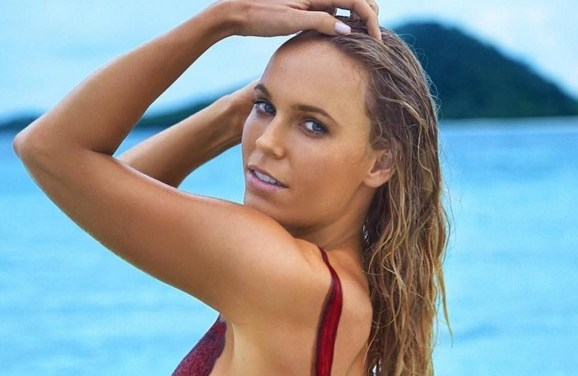 Caroline Wozniacki ziet er sexy uit voor Sports Illustrated Swimsuit Edition