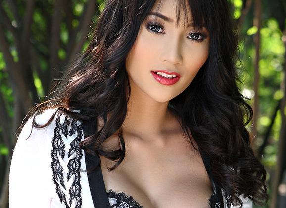 Knappe Aziatische vrouw, Ramita, heeft stevige tieten