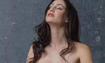 Natalie, sexy in lingerie, is met haar kutje aan het spelen