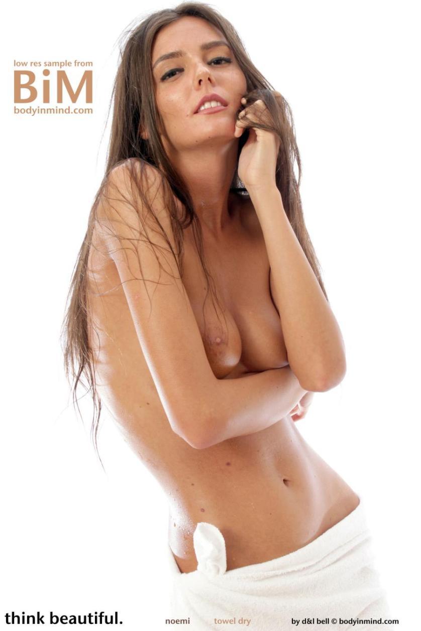 noemi-knappe-brunette-gaat-naakt-02