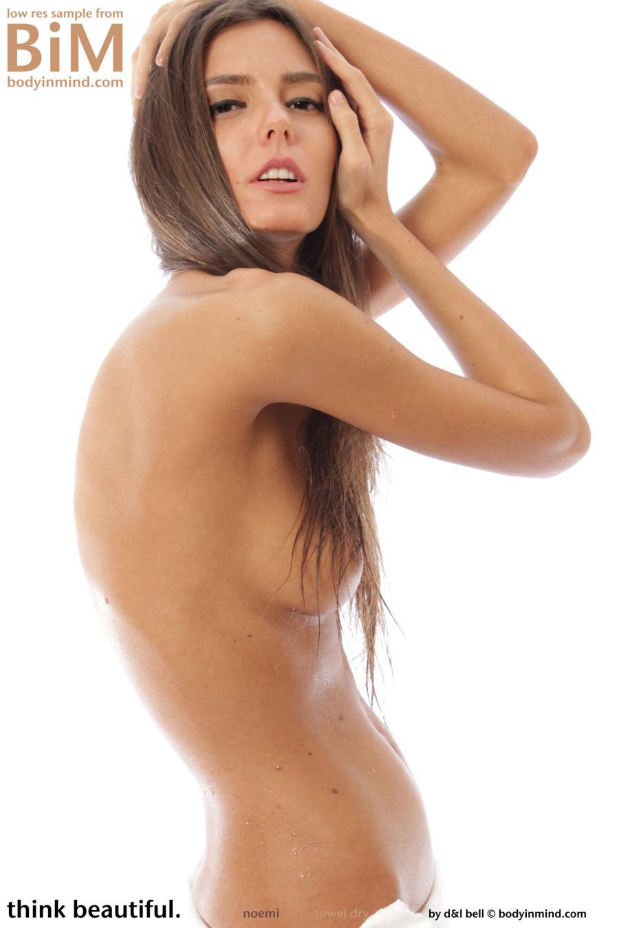 noemi-knappe-brunette-gaat-naakt-06