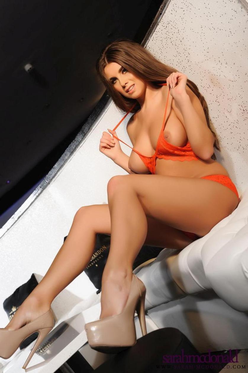 sarah-mcdonald-grote-tieten-oranje-lingerie-06