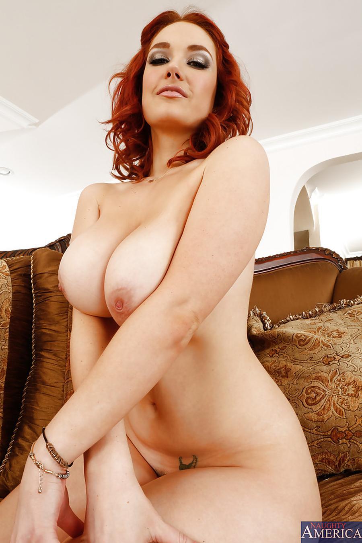 siri-rood-haar-en-grote-tieten-naakt-15