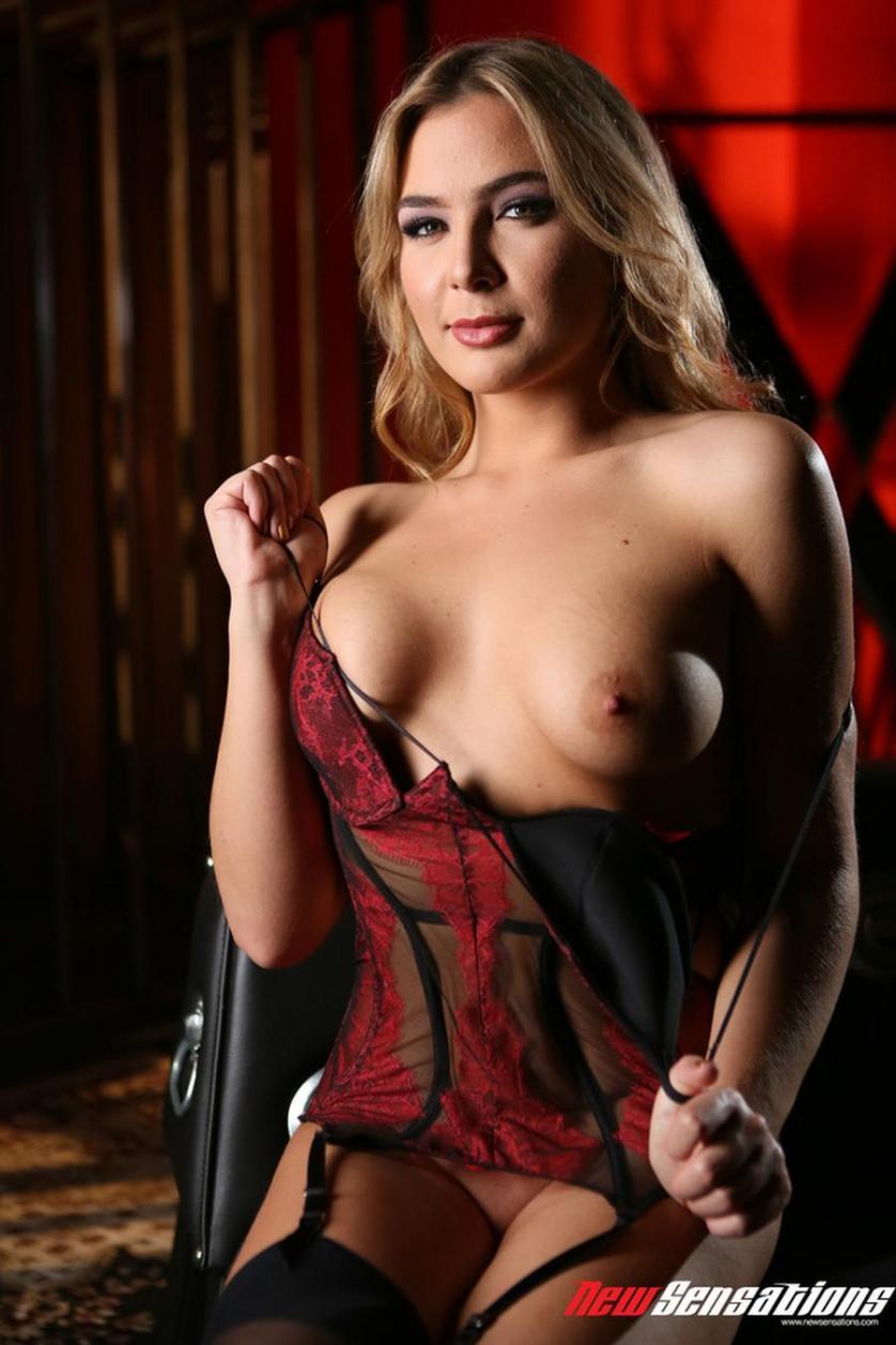 blair-williams-sexy-rode-lingerie-en-naakt-03