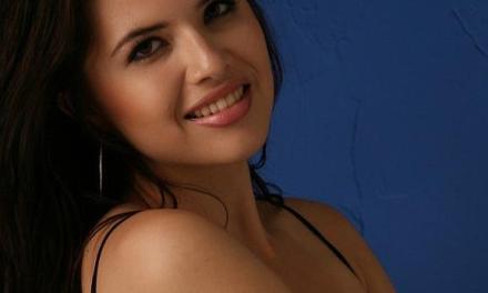 Exotische vrouw, Cassandra, sexy in doorkijklingerie