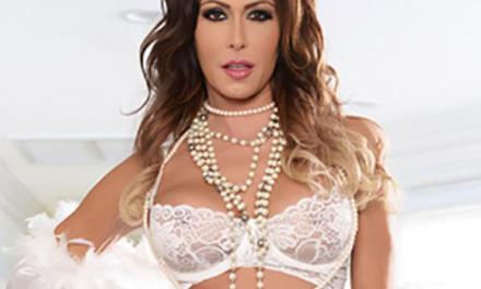 Jessica Jaymes heeft witte lingerie aan en wordt geneukt
