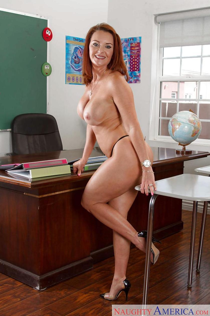 Geile mature lerares met grote tieten gaat naakt