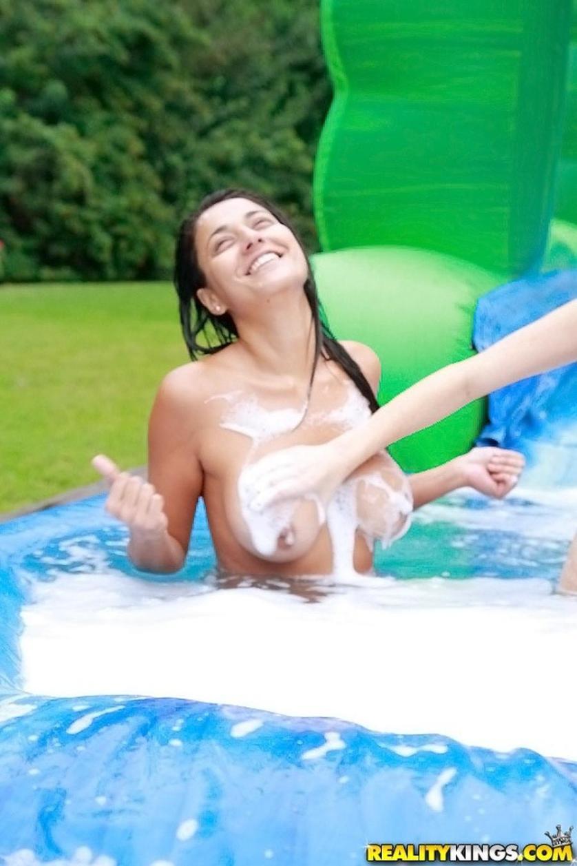 naakte-vrouwen-op-een-waterglijbaan-11