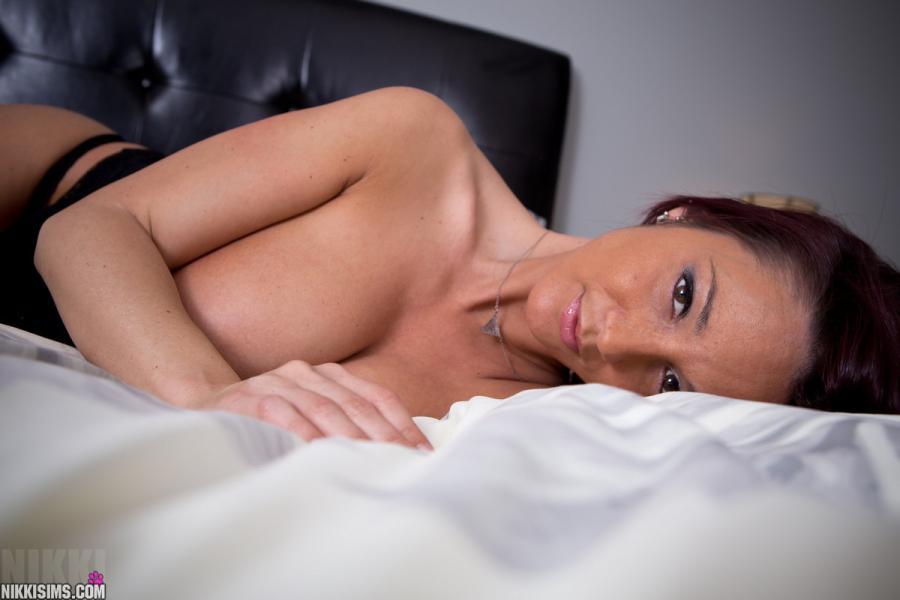 nikki-sims-in-kanten-lingerie-op-bed-13