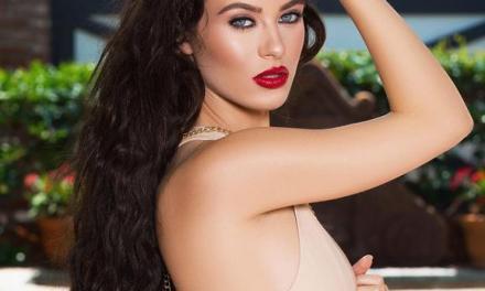 Lana Rhoades, knappe naakte brunette met lang haar