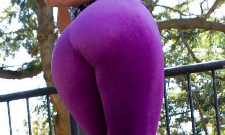 Porno mevrouw heeft het druk met twee pikken in haar kontje