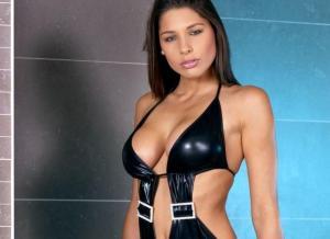 Zafira, geil in latex lingerie en ze heeft een zweepje
