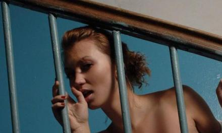 Man wil buurvrouw het hof maken, staat naakt voor haar deur 📷