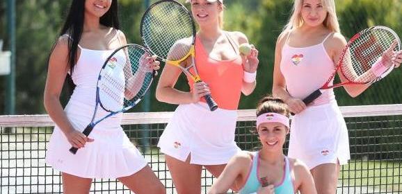 Vier tennis babes hebben lesbische seks op de tennisbaan