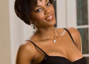 Chernise Yvette, ebony babe heeft sexy zwarte lingerie aan
