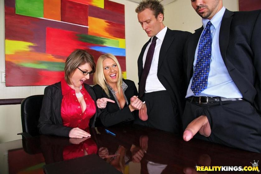 twee-mature-milfen-worden-anaal-geneukt-op-kantoor-03