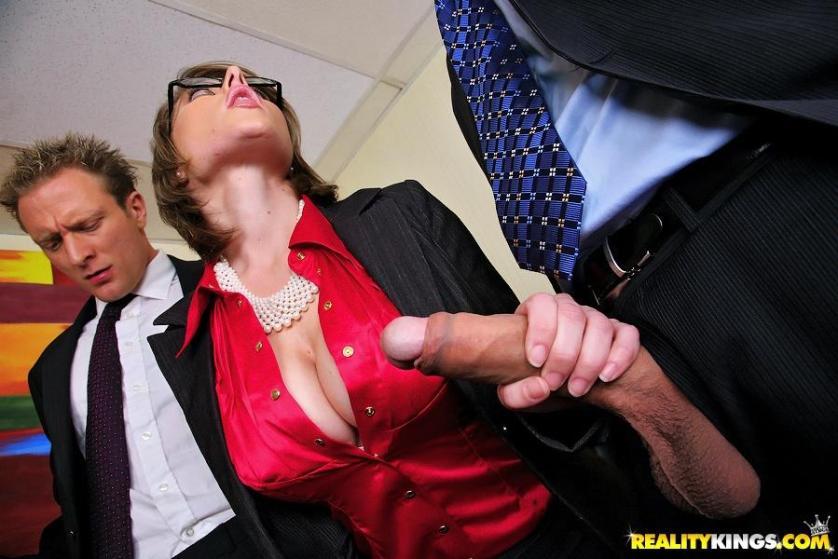 twee-mature-milfen-worden-anaal-geneukt-op-kantoor-04