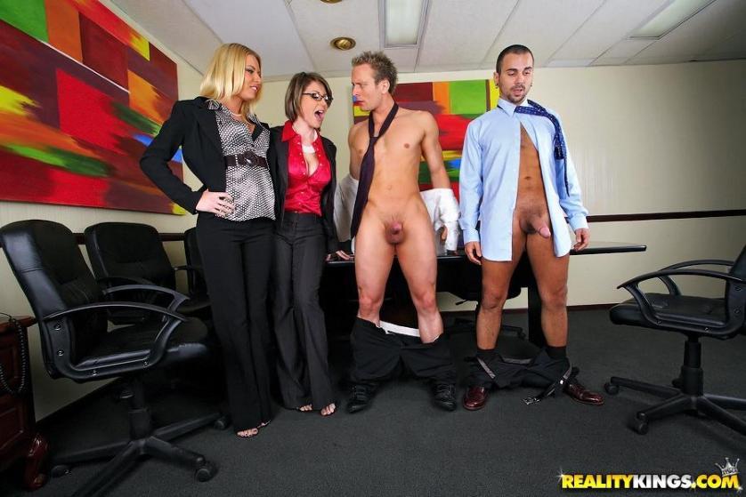 twee-mature-milfen-worden-anaal-geneukt-op-kantoor-08