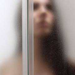 Vanessa vermaakt zich wel onder de douche