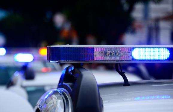 Naakte man rijdt tegen verkeer in en probeert agente te zoenen