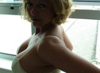 Vrouw, 42 jaar en grote stevige tieten, kijkt graag samen porno