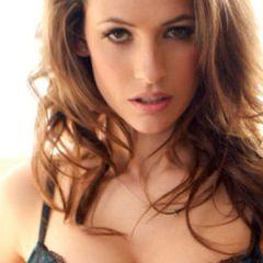 Anastasia Harris, een bloedmooie babe in sexy zwarte lingerie