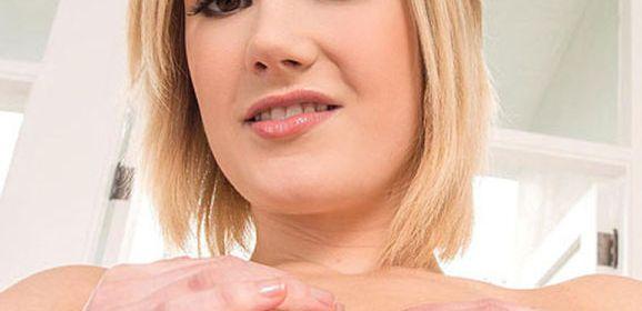 Siri, blond lekker ding met grote borsten, neukt met haar schoonvader