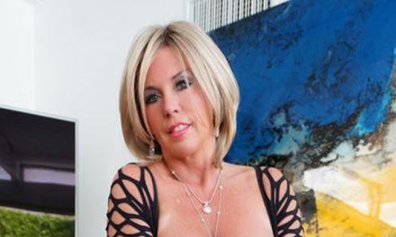 Wifey, geile mature vrouw met grote tieten, striptease op bed