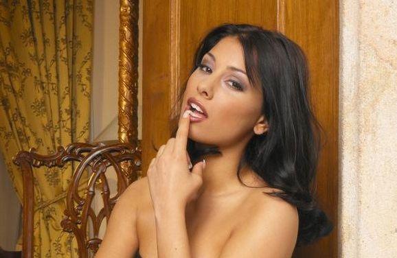 Anetta Keys in sexy lingerie en een naakte man met alleen een stropdas om