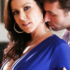Knappe Milf, Kendra Lust, leert de vriend van haar stiefdochter alles over sex