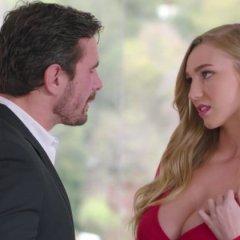 Kendra Sunderland, blond en grote borsten, heeft sex met haar baas