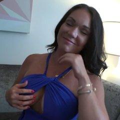 Lekkere milf met grote borsten heeft sex in het trappenhuis